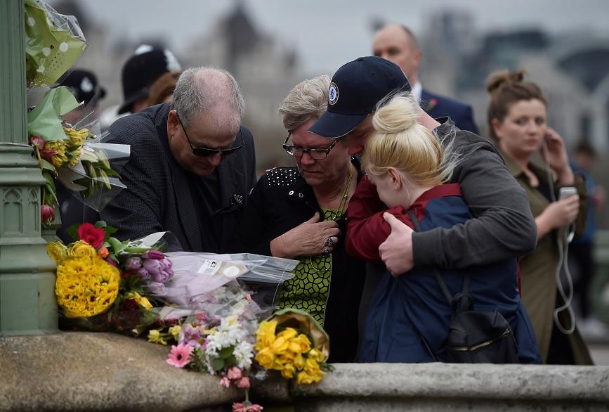 Familiares de una de las víctimas se abraza después de poner flores durante un evento para marcar una semana del atentado de Londres (Reuters)