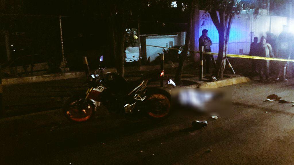 Roba motocicleta y derrapa frente a la Terminal de Autobuses de Observatorio. (Twitter @alertasurbanas)
