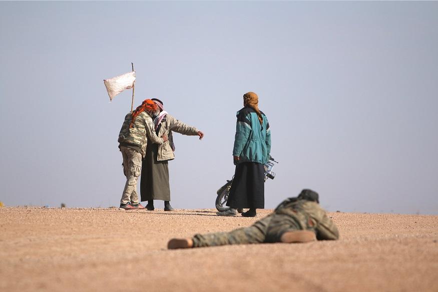 Hombre se rinde durante enfrentamientos en Siria; la justicia española investigará un caso de terrorismo en contra del régimen de Bashar al Assad (Reuters, archivo)
