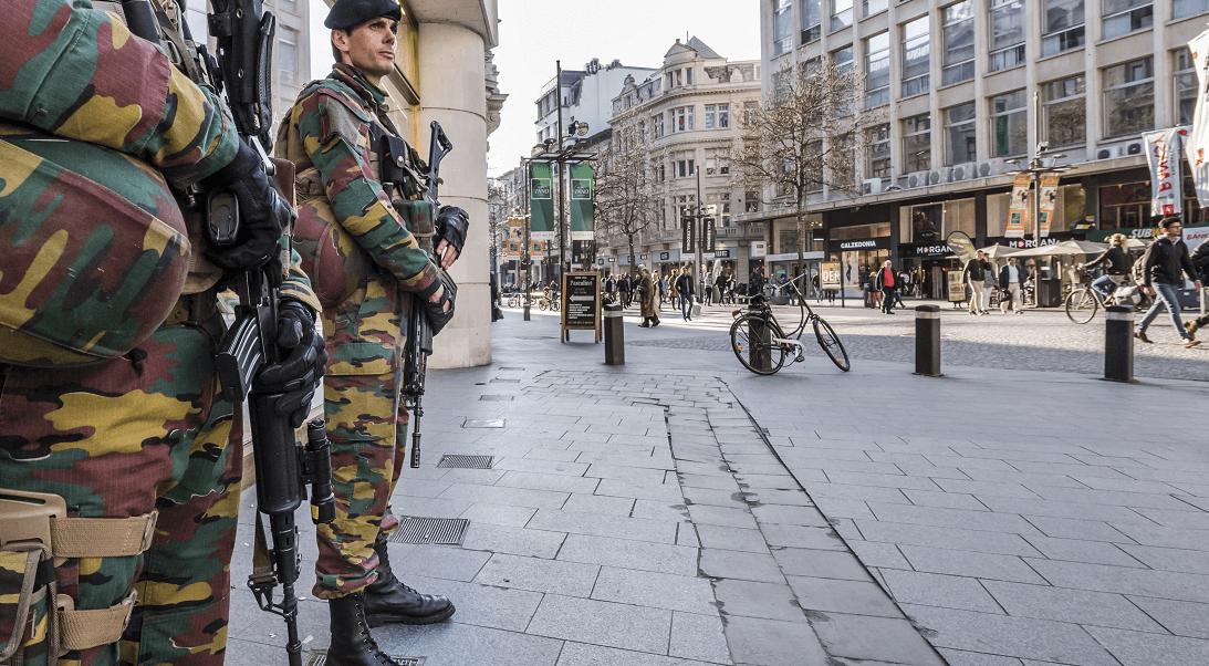 Soldados vigilan las calles de Amberes, Bélgica, luego de que un hombre condujera un vehículo a gran velocidad en una calle peatonal. (AP)