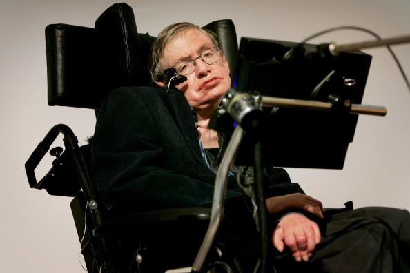 Stephen Hawking da un discurso en Londres, Inglaterra; el científico teme no ser bien recibido en Estados Unidos durante la era Trump. (Getty Images, archivo)