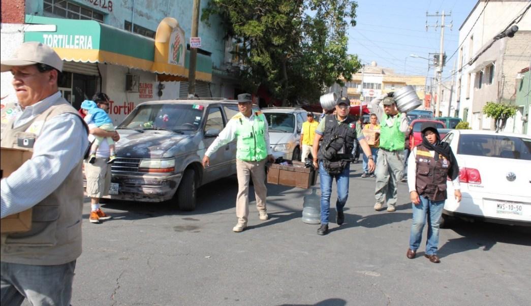 Personal de la delegación Iztapalapa realiza un operativo en el tianguis de la avenida Texcoco; decomisa 115 litros de alcohol y asegura 11 perritos (Twitter @LeslyBs1)