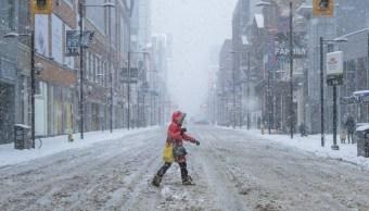 Las calles de Toronto registran en algunos puntos hasta 30 centímetros de nieve en las últimas horas, coincide con el inicio de las tradicionales vacaciones de marzo de familias canadienses (Twitter @ashtontekno)