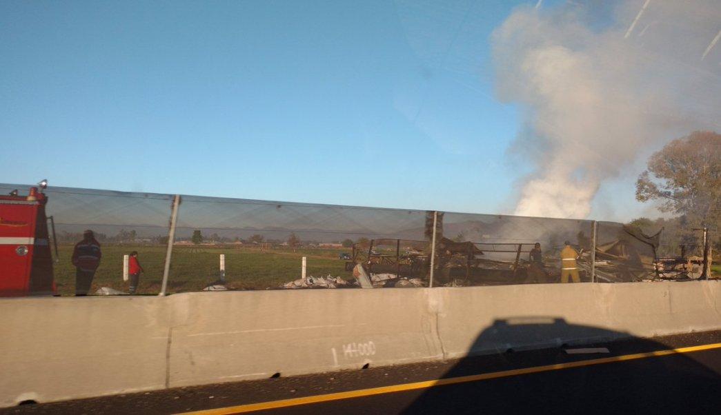 Tráiler se incendia tras volcar en el Circuito Exterior Mexiquense. (Twitter/ @Hugogalz)