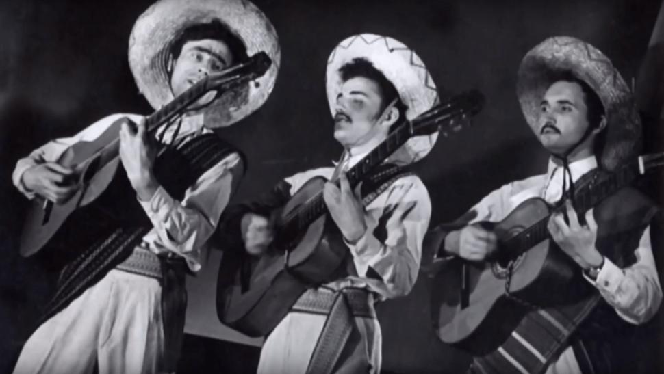 Los primeros trajes mexicanos del Ensamble Paloma hechos a la medida por un sastre amateur serbio.