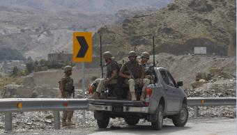 Tropas paquistaníes patrullan el paso de Torkham, el principal entre ambos países. (AP, archivo)