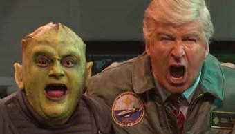 El cómico Alec Baldwin parioda al presidente Donald Trump durante una invasión extraterrestre en el programa Saturday Night Live (Foto: Saturday Night Live)