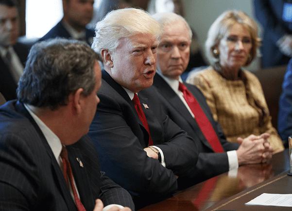 Trump durante una reunión en la Casa Blanca donde se analizó el problema de adicción a heroína y a opiáceos en EU. (AP)