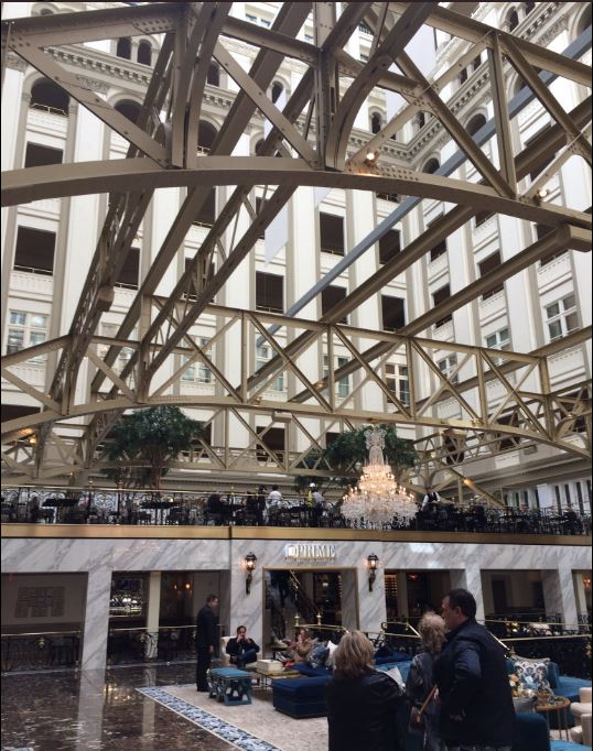 Interior del Hotel Trump, en Washington. (Twitter@CapaWashington)