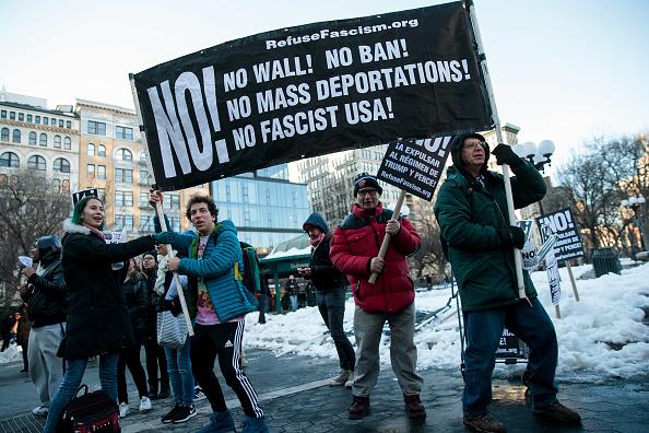 Un grupo de manifestantes protesta en Nueva York contra las medidas migratorias de Trump (Getty Images/Archivo)