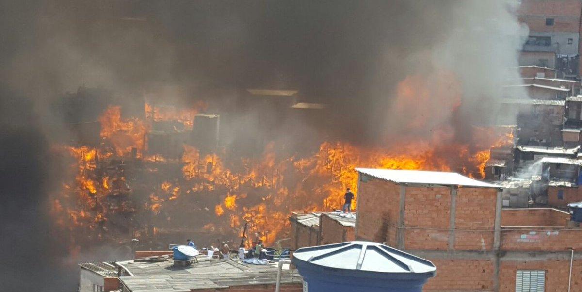 Un incendio devastó varias casas en la favela Paraisópolis, de Sao Paulo, Brasil.