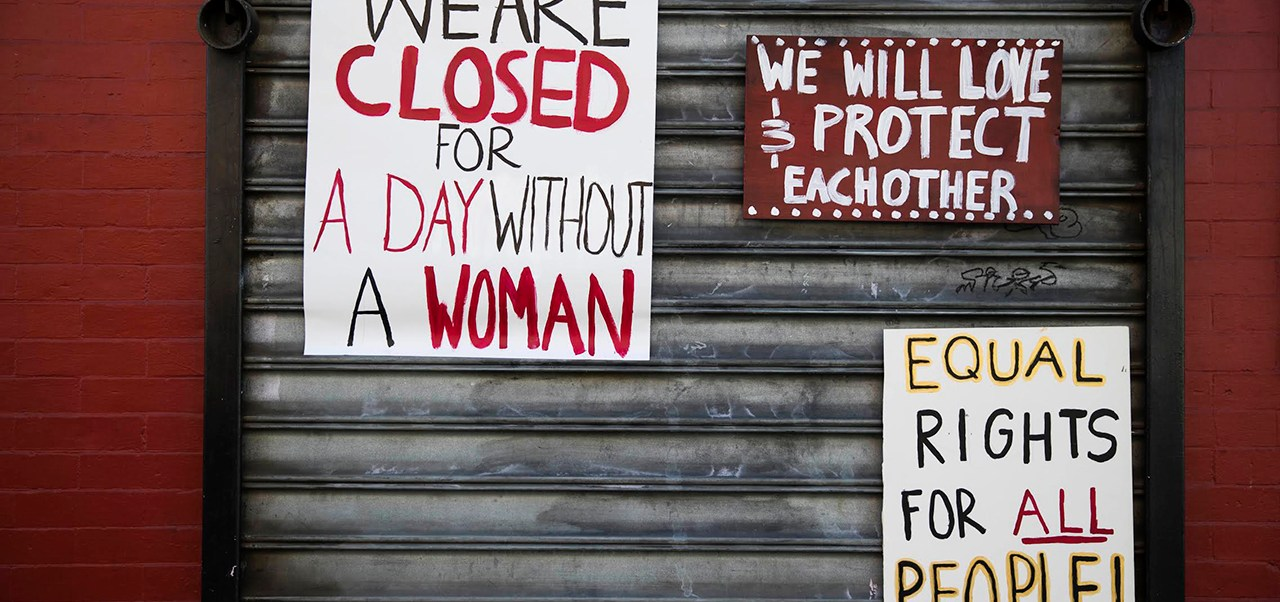 Un restaurante de Philadelphia luce letreros alusivos al Día sin mujeres en Estados Unidos. (AP)
