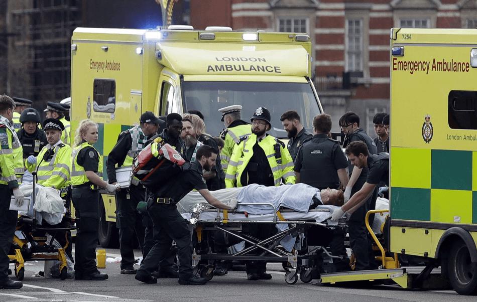 Varias personas resultaron heridas durante el atropellamiento masivo en el puente de Westminster. (AP)