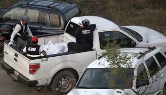 Servicios periciales trabajan en la exhumación e identificación de los restos encontrados en 8 fosas clandestinas en la localidad de Arbolillo, en el municipio de Alvarado, Veracruz. (AP, archivo)
