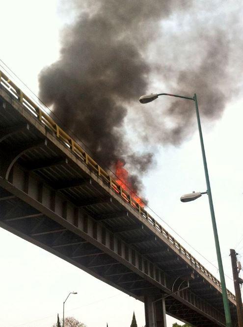 Un vehículo volcó y se incendió en la parte alta del puente en la Calle 47, de la colonia Ignacio Zaragoza, en la delegación Venustiano Carranza. (@Iberomed)