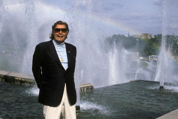 El actor Johnny Weissmuller es captado en Acapulco durante una sesión de fotos en 1975 (Getty Images, archivo)