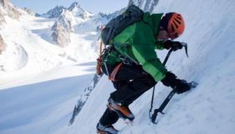 Ueli Steck escalando las Grandes Jorasses, del Mont Blanc. (Getty Images)