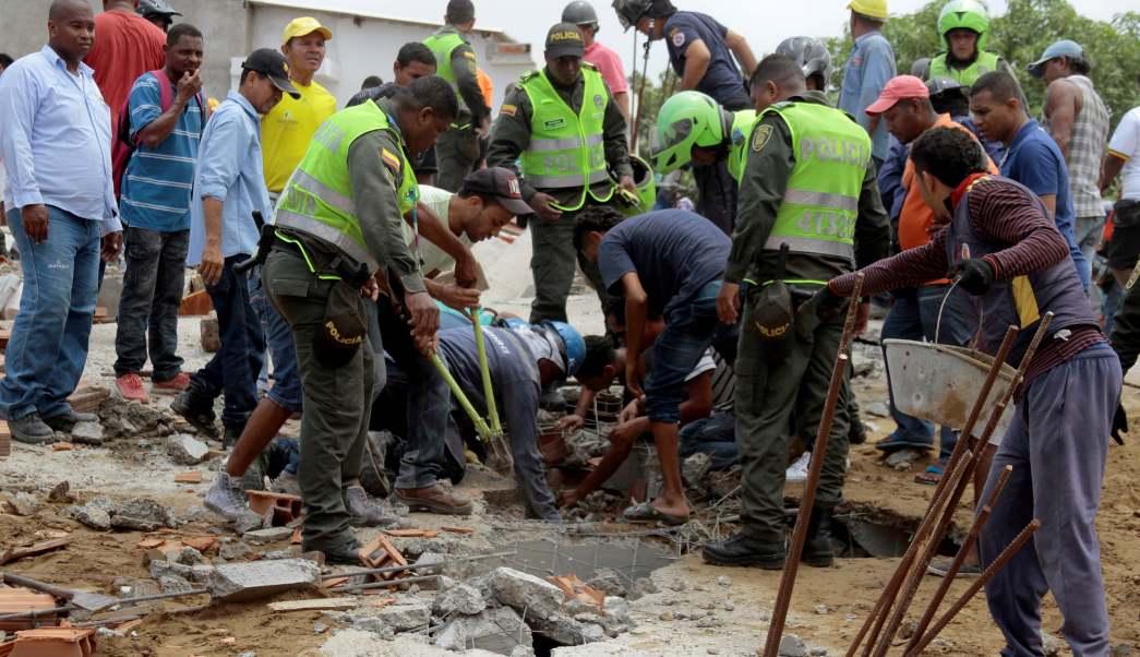 Rescatistas buscan personas tras el derrumbe de un edificio. (Reuters)