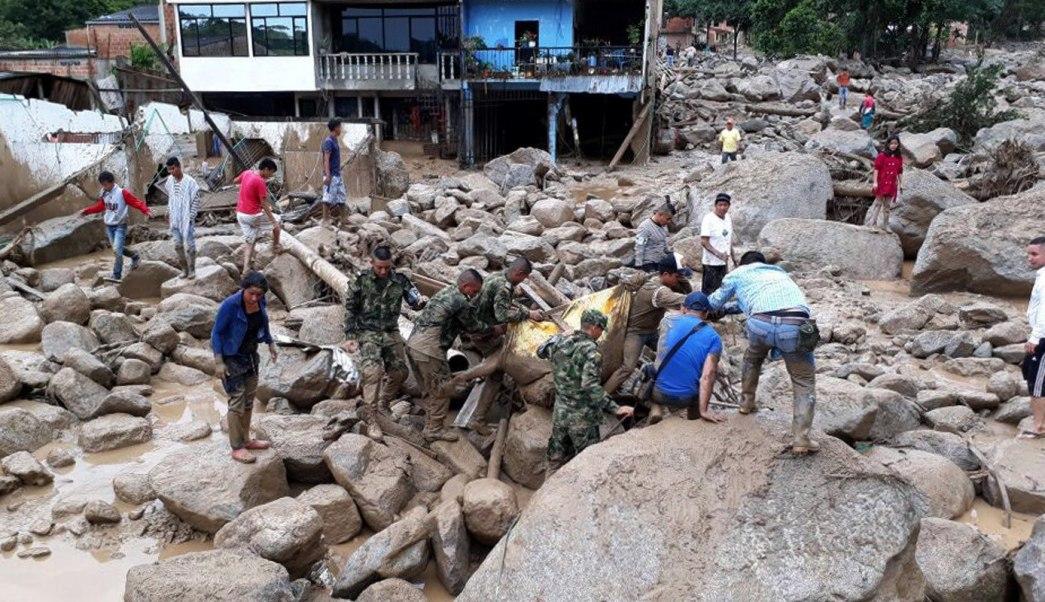 Miembros del Ejército de Colombia ayudan a pobladores tras los estragos ocasionados por una avalancha en Mocoa, Colombia. (EFE)