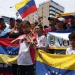 Venezolanos residentes en Lima se manifestaron en la embajada de su país en la capital peruana en contra del Gobierno de Nicolás Maduro. (EFE)