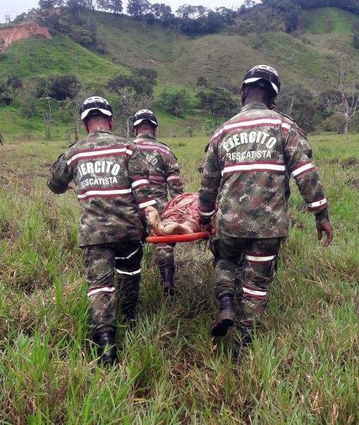 Soldados de Colombia brindan ayuda a un poblador luego de los estragos ocasionados por una avalancha en Mocoa, Colombia. (EFE)