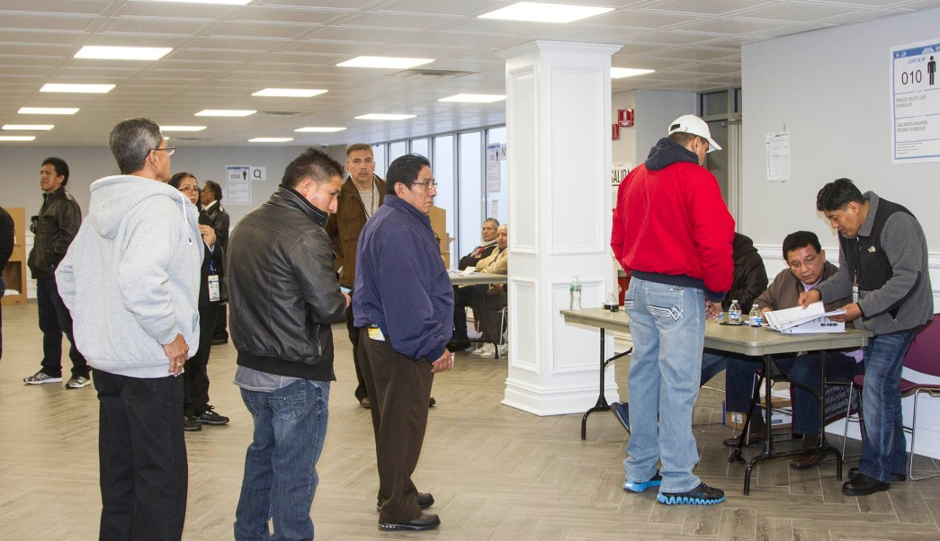 Un grupo de ecuatorianos asisten a las urnas para votar por su próximo presidente. (EFE)