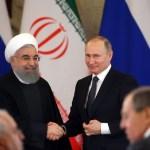 El presidente ruso Vladimir Putin (d) saluda al presidente de Irán, Hassan Rouhani (i), durante su reunión en el Gran Palacio del Kremlin el 28 de marzo de 2017 en Moscú. (Getty Images/archivo)