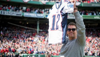 Tom Brady, quarterback de los Patriots de Nueva Inglaterra, sostiene su jersey recuperado durante una ceremonia en honor a los campeones del Super Bowl en el Fenway Park, en Boston, Massachusetts. (Getty Images/archivo)