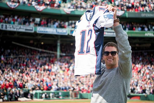 Tom Brady, quarterback de los Patriots de Nueva Inglaterra, sostiene su jersey recuperado durante una ceremonia en honor a los campeones del Super Bowl en el Fenway Park, en Boston, Massachusetts. (Getty Images/archivo)
