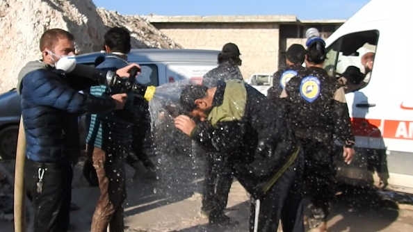 Miembros de la defensa civil intentan reducir con agua los efectos del gas tóxico lanzado contra la población en Jan Shijún. (Getty Images)