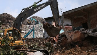 Ejército de Sri Lanka utiliza maquinaria pesada en las operaciones de rescate tras el derrumbe de una montaña de basura en Colombo, Sri Lanka. (Getty Images)