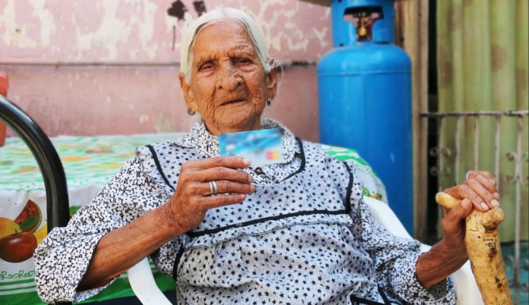 Mujer de 116 años recibe ayuda