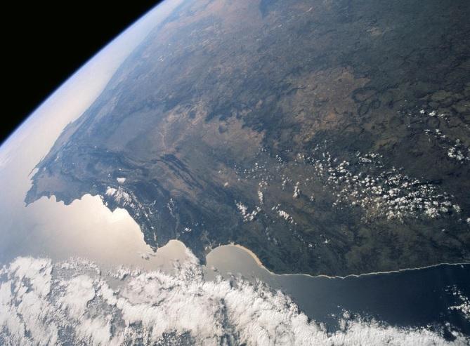 En esta imagen el Cabo Agulhas, el punto meridional del continente africano. Todo el cinturón de montañas aparece como estructuras onduladas verdes (boscosas) que se extienden hacia el oeste forman el primer plano, al Cabo de Buena Esperanza (Foto: NASA)