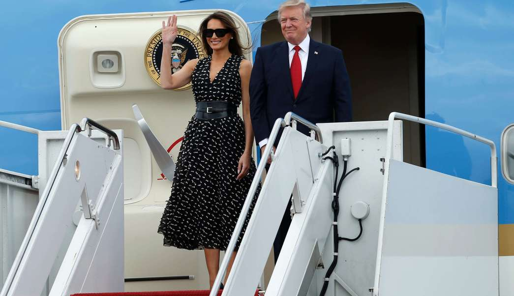 El presidente Donald Trump y la primera dama Melania Trump llegan al Aeropuerto Internacional Palm Beach en West Palm Beach, Florida. (AP)
