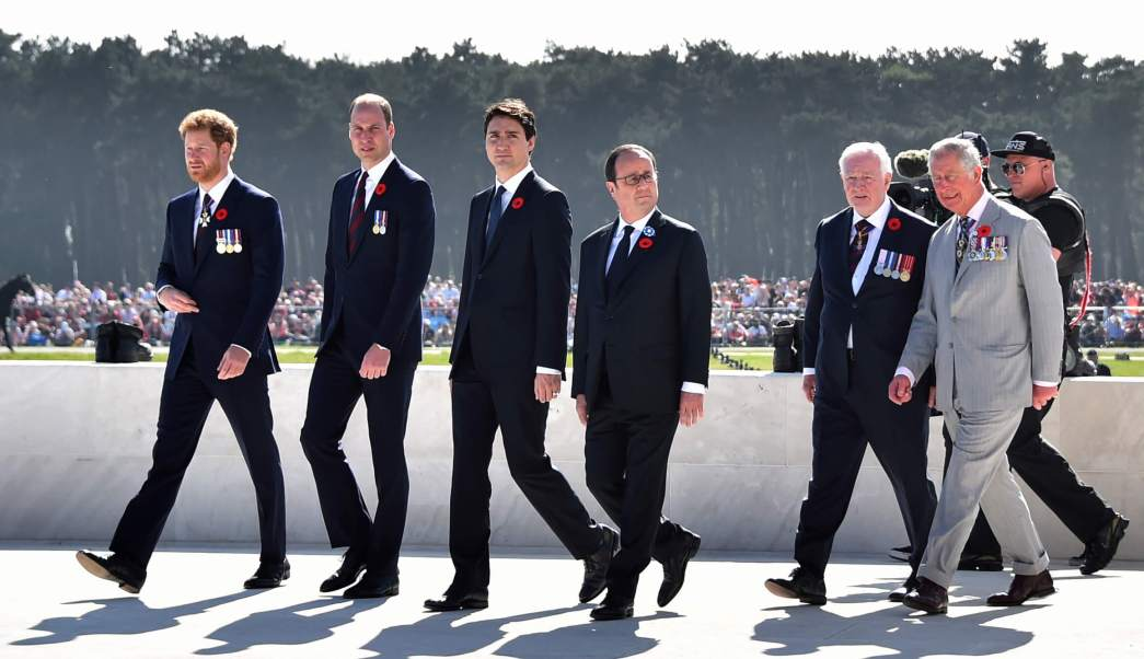 (De izquierda a derecha) El príncipe Harry de Gran Bretaña, el príncipe William de Gran Bretaña, el duque de Cambridge, el primer ministro canadiense Justin Trudeau, el presidente francés François Hollande, el gobernador general de Canadá David Johnston y el británico Charles, príncipe de Gales asisten a las conmemoraciones del centenario de La batalla de Vimy. (AP)