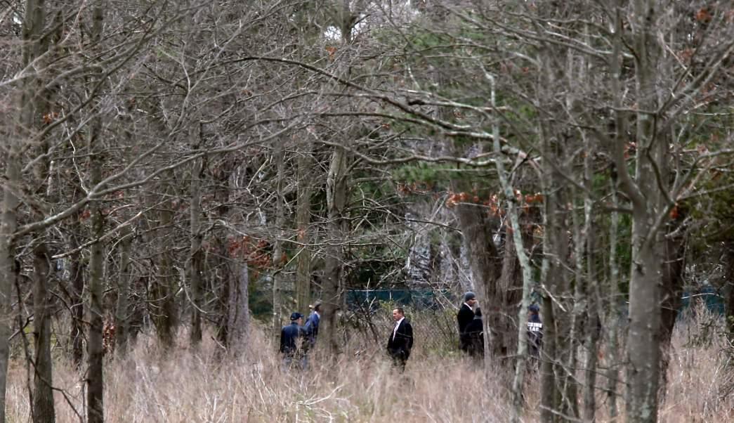 Peritos revisan la escena del crimen en los bosques de Central Islip, New York. (AP)
