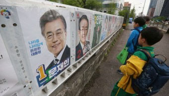 Los estudiantes de la escuela primaria miran los carteles que muestran a candidatos para la elección presidencial en Seúl, Corea del Sur. (AP)