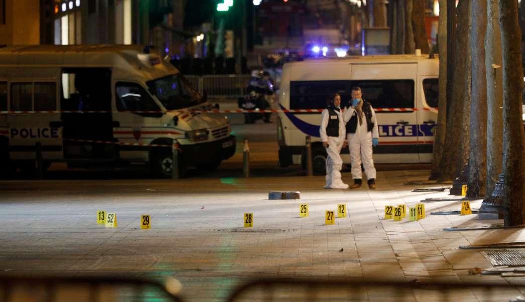 Expertos forenses investigan la escena del crimen después de un tiroteo en el que un agente de la Policía fue asesinado por un atacante, que fue abatido, en la avenida de los Campos Elíseos en París, Francia. (AP)
