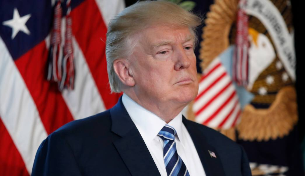 El presidente Donald Trump escucha al secretario del Tesoro, Steve Mnuchin, en el Departamento del Tesoro en Washington. (AP)
