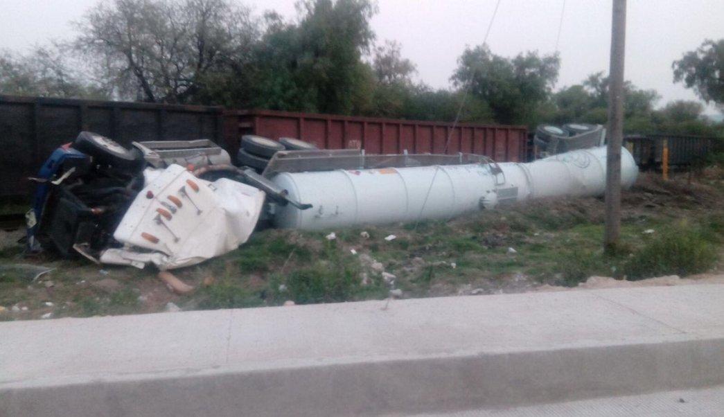 Pipa con amoniaco choca contra tren en Apaxco. (Twitter/ @Apaxco_Eco)