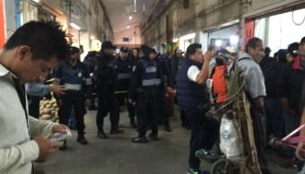 Policías resguardan el cuerpo de una persona asesinada en el interior de la Central de Abasto de la Ciudad de México (Twitter @luismiguelbaraa)