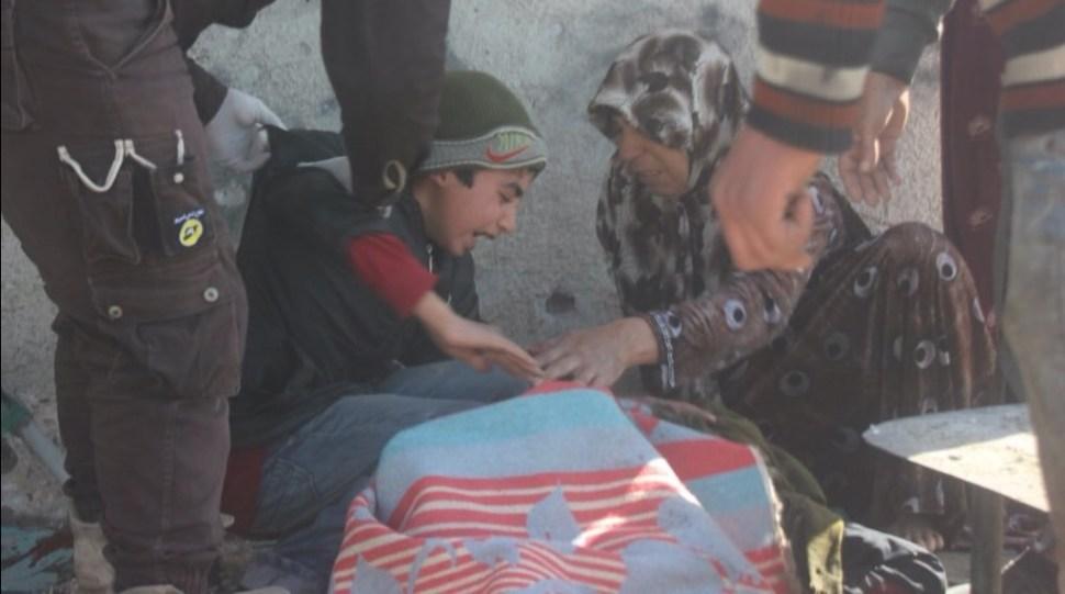 Personas lloran a familiar que pereció por ataque químico en la localidad de Khan Sheikhoun, en Siria (Twitter @metesohtaoglu)