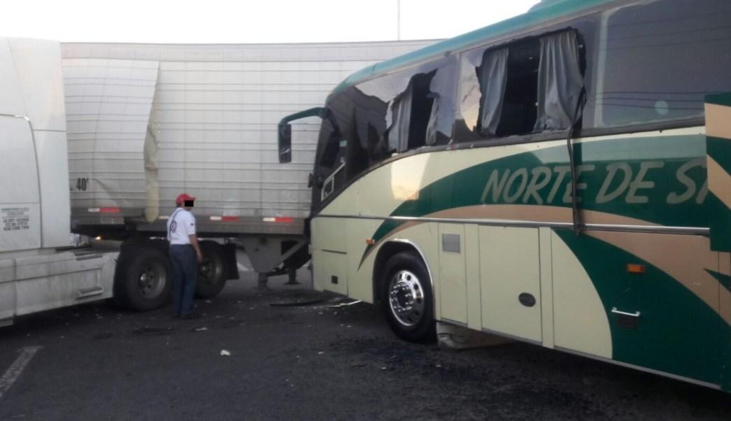 Un autobús de pasajeros choca contra un tractocamión en Sinaloa. (Twitter: @DBT_Culiacan)