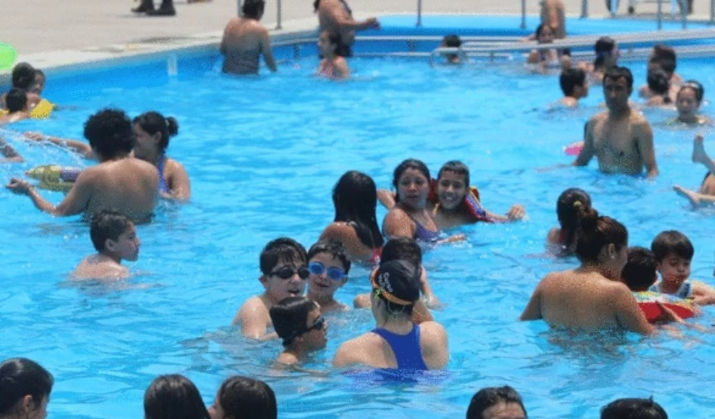 Este Viernes Santo al medio día, casi tres mil personas nadaban en las dos albercas y chapoteadero del balneario del Bosque de San Juan de Aragón. (Twitter: @GobCDMX)