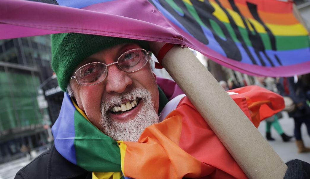 Gilbert Baker, el creador de la bandera arcoíris, símbolo de la comunidad LGBTTTI, murió este viernes a los 65 años mientras dormía en su residencia de Nueva York. (AP)
