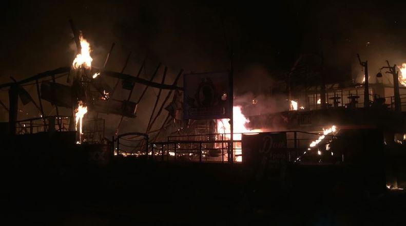 El incendio se propagó a otros establecimientos, generando daños en siete locales más y una casa habitación (Twitter @elsurdeguerrero)