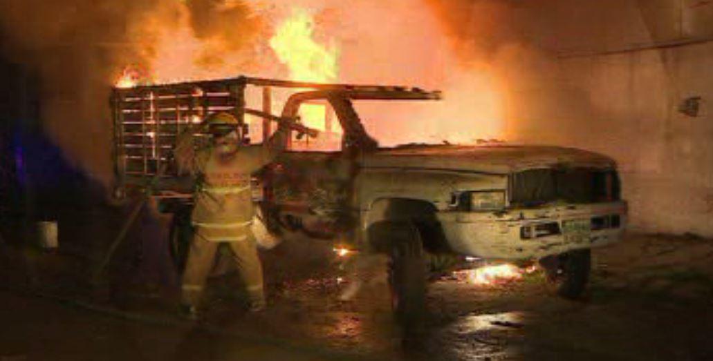 Un bombero combate el incendio de una camioneta en Monterrey (Noticieros Televisa)