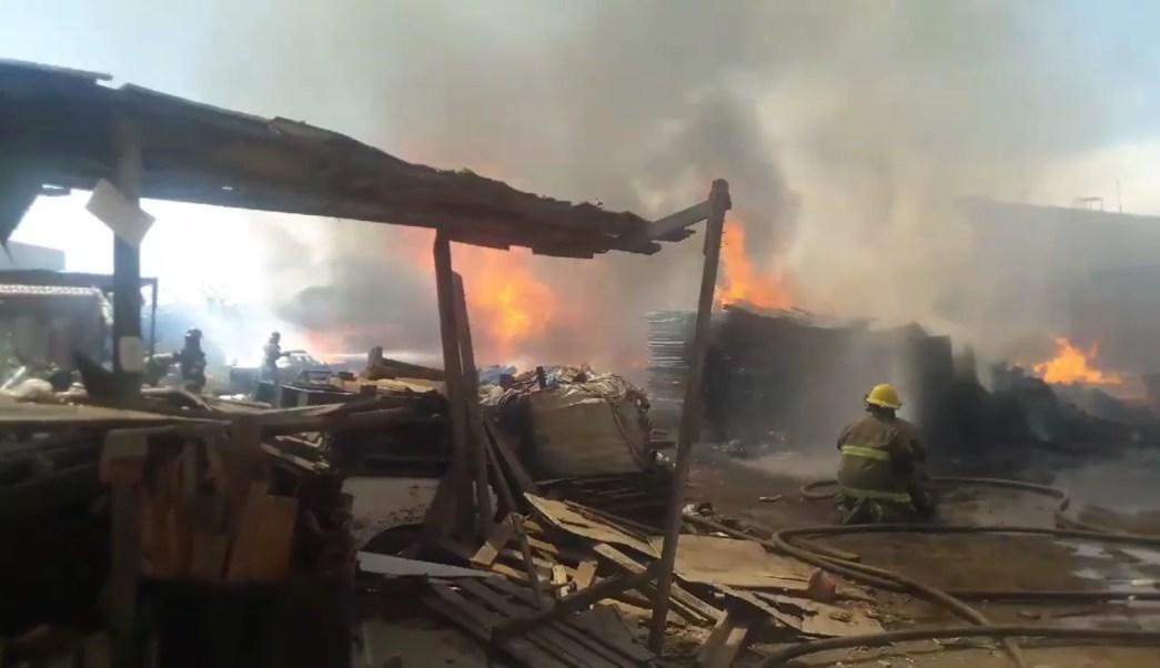 Bomberos de Zapopan controlan incendio de bodega