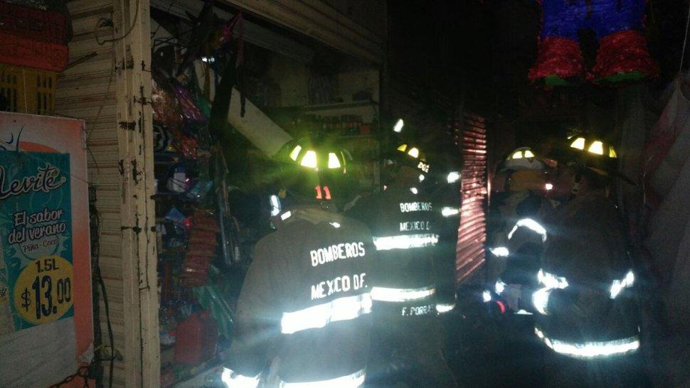 Bomberos de la CDMX sofocan incendio en Xochimilco. (Twitter @DelegacionXochi)