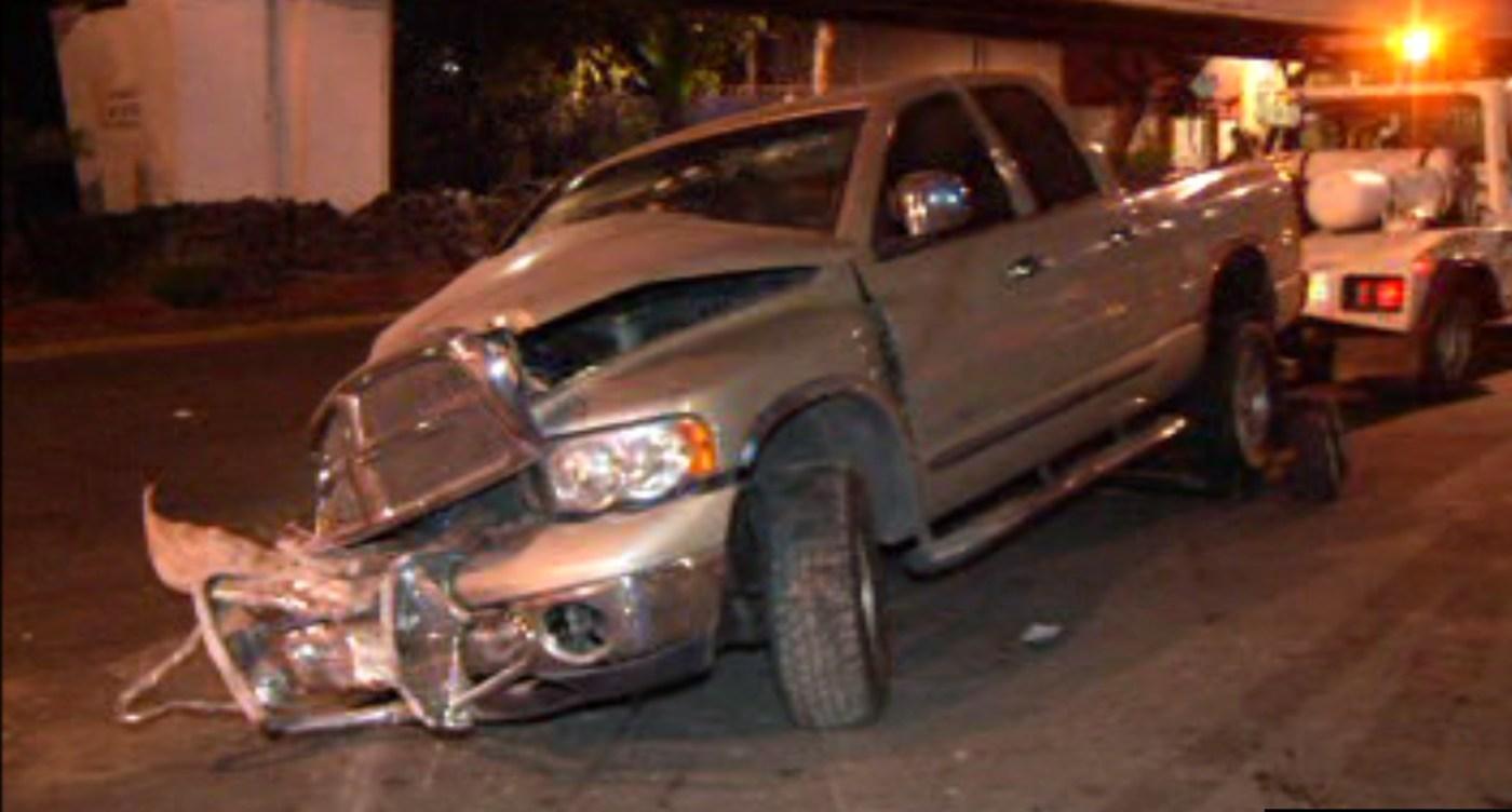 Vehículo choca contra pared y la atraviesa (Noticieros Televisa)